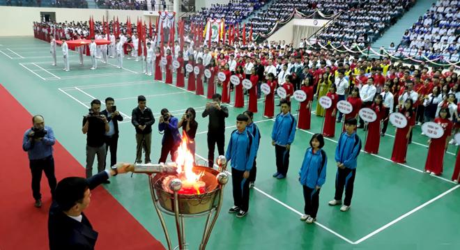 Phó Chủ tịch UBND tỉnh Dương Văn Tiến châm đuốc lên đài lửa, chính thức khai mạc Hội khỏe Phù Đổng tỉnh Yên Bái lần thứ X