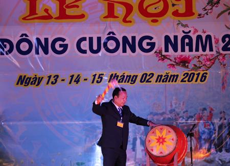 Đồng chí Vũ Quang Hải - Phó bí thư Huyện ủy, Chủ tịch UBND huyện Văn Yên đánh trống khai hội đền Đông Cuông năm 2016.