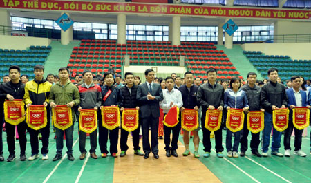 Đồng chí Dương Văn Tiến - Phó Chủ tịch UBND tỉnh tặng cờ lưu niệm cho các đoàn vận động viên.