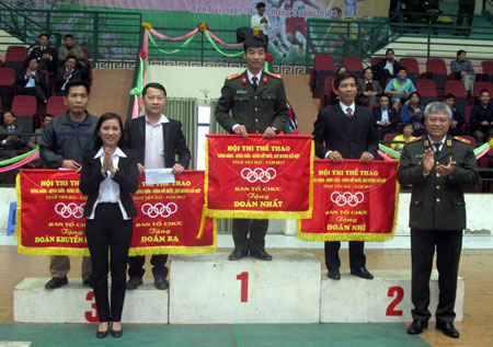 Ban tổ chức Hội thi trao giải toàn đoàn.