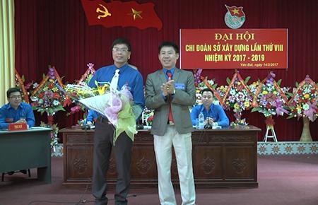 Đại diện Đoàn Khối các cơ quan tỉnh tặng hoa chúc mừng Đại hội