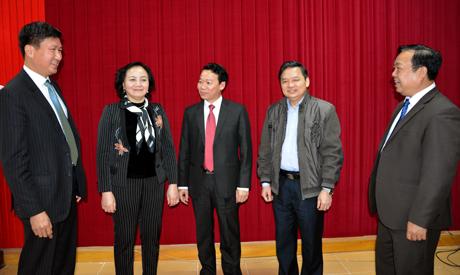 Các đồng chí lãnh đạo tỉnh trao đổi về nhiệm vụ thời gian tới với cán bộ chủ chốt huyện Văn Yên