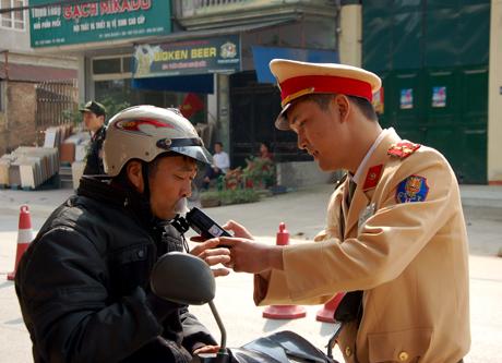 Lượng lượng cảnh sát giao thông, Công an tỉnh thực hiện kiểm tra nồng độ cồn với người điều khiển xe mô tô.
