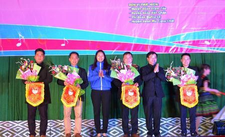 Đồng chí Đoàn Thị Thanh Tâm - Bí thư Tỉnh đoàn tặng cờ lưu niệm cho các đoàn tham dự Liên hoan.