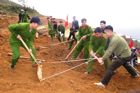 Đoàn viên thanh niên Công an huyện Trạm Tấu tham gia chương trình khai hoang 1,5 ha ruộng nước do Huyện đoàn Trạm Tấu tổ chức.
