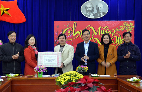 Phó Chủ tịch UBND tỉnh Dương Văn Tiến đến thăm, chúc tết Đoàn Nghệ thuật tỉnh.