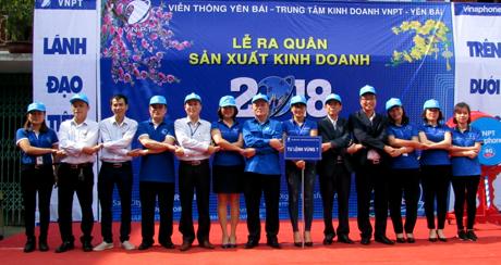 Đại diện các đơn vị cùng lãnh đạo VNPT Yên Bái thể hiện quyết tâm thực hiện thắng lợi mục tiêu sản xuất kinh doanh.