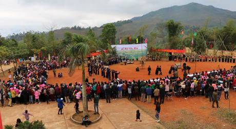 Rất đông bà con tập trung về sân UBND xã Nghĩa Sơn từ rất sớm để tham dự lễ hội Cầu Mùa.