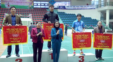 Ban tổ chức trao giải toàn đoàn cho các đoàn vận động viên.