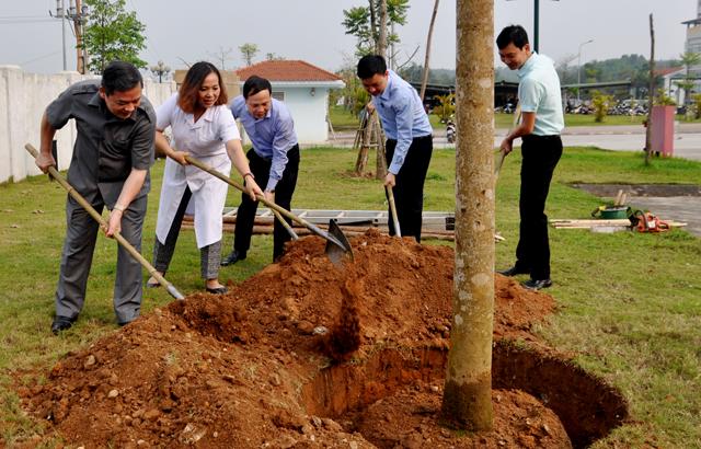 Đồng chí Dương Văn Thống - Phó Bí thư Thường trực Tỉnh ủy, Trưởng đoàn Đại biểu Quốc hội tỉnh trồng cây đầu xuân  tại Bệnh viện Đa khoa tỉnh