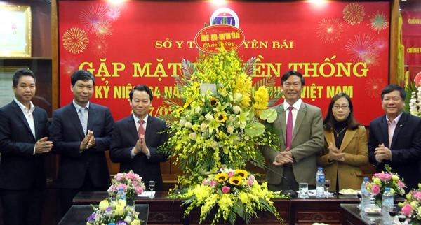 Chủ tịch UBND tỉnh Đỗ Đức Duy tặng hoa chúc mừng tập thể cán bộ y, bác sỹ, nhân viên Sở Y tế.