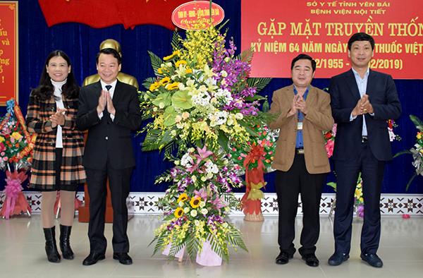 Đồng chí Đỗ Đức Duy - Chủ tịch UBND tỉnh tặng hoa chúc mừng cán bộ y, bác sỹ, nhân viên Bệnh viện Nội tiết.