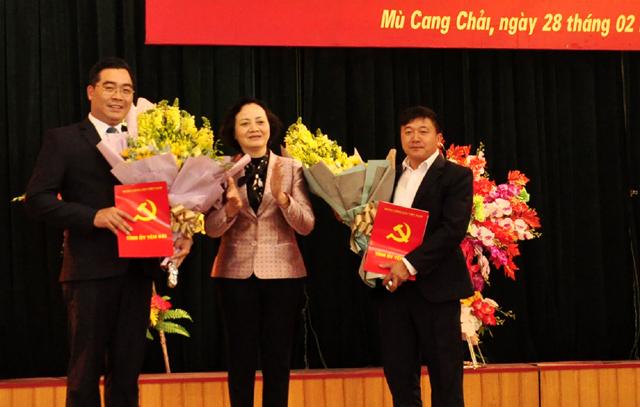 Đồng chí Bí thư Tỉnh ủy Phạm Thị Thanh Trà trao Quyết định và tặng hoa chúc mừng hai đồng chí Giàng A Tông và Nông Việt Yên