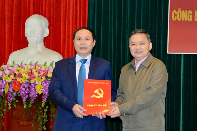 Đồng chí Dương Văn Thống – Phó Bí thư Thường trực Tỉnh ủy trao Quyết định cho đồng chí Trần Ngọc Luận