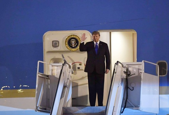Tổng thống Donald Trump bước ra cửa chuyên cơ Air Force One.