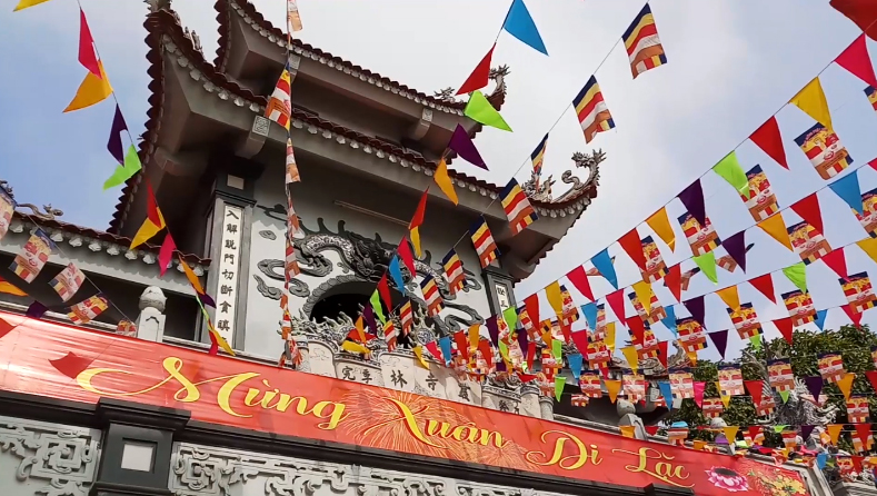 không gian rộng rãi, thoáng đẹp, yên tĩnh, chùa Minh Pháp và đền Rối trở thành điểm đến ngày xuân cầu tài lộc, cầu bình an của