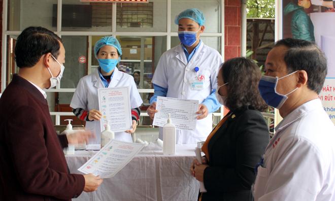 Đồng chí Đỗ Đức Duy - Chủ tịch UBND tỉnh kiểm tra công tác phòng dịch tại Trung tâm Y tế huyện Văn Yên