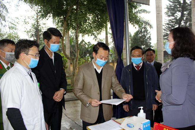 Chủ tịch UBND tỉnh Đỗ Đức Duy kiểm tra khu vực phát khẩu trang, sát khuẩn tại Trung tâm Y tế huyện Trấn Yên.