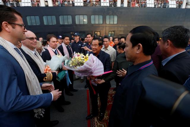 Thủ tướng Hun Sen đã tới bắt tay và tặng hoa cho các hành khách và thủy thủ đoàn tàu MS Westerdam khi họ bước xuống tàu và chờ lên xe buýt.