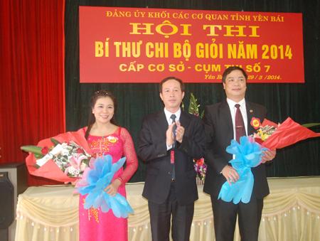 Đồng chí Đỗ Văn Dự - Ủy viên BCH Đảng bộ tỉnh, Giám đốc Sở Giao thông Vận tải trao giải Nhì cho hai thí sinh xuất sắc.