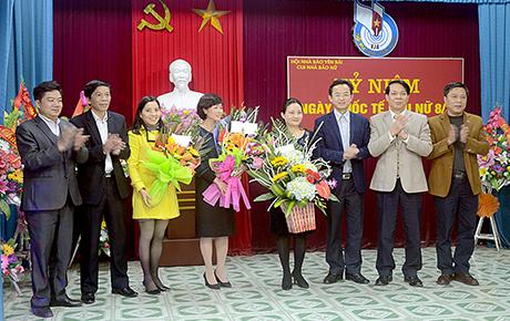 Lãnh đạo các cơ quan báo chí tỉnh tặng hoa chúc mừng CLB nhà báo nữ nhân ngày 8/3