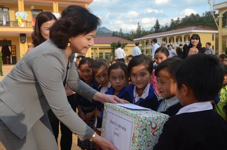 Đồng chí Bí thư Tỉnh ủy tặng quà cho thầy và trò Trường Phổ thông dân tộc bán trú Tiểu học và THCS xã La Pán Tẩn.