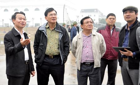 Đồng chí Đỗ Đức Duy - Chủ tịch UBND tỉnh Yên Bái (ngoài cùng bên trái) giới thiệu với đoàn công tác DIC Corp về tiềm năng, thế mạnh phát triển du lịch của Yên Bái.