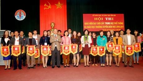 Ban tổ chức trao cờ lưu niệm cho các đơn vị tham gia Hội thi.