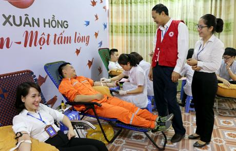 Những đơn vị máu quý giá thu được tại buổi lễ là lời tri ân đến khách hàng của Công ty Điện lực Yên Bái.