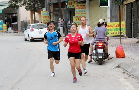 Gia đình anh chị Hoàng Hữu Chiến, Trương Thị Thúy Hồng và con trai Hoàng Hữu Tùng đã duy trì thói quen chạy này từ hàng chục năm nay.