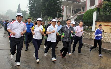 Phó Chủ tịch UBND tỉnh Nguyễn Chiến Thắng cùng các đồng chí lãnh đạo Tỉnh ủy, HĐND, UBND, Ủy ban MTTQ tỉnh, lãnh đạo các sở, ban, ngành, đoàn thể chạy hưởng ứng Ngày chạy Olympic.