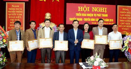 Đồng chí Hà Ngọc Văn - Giám đốc Sở Thông tin và Truyền thông tặng giấy khen cho các tập thể đạt thành tích xuất sắc trong thực hiện nhiệm vụ công tác năm 2017.