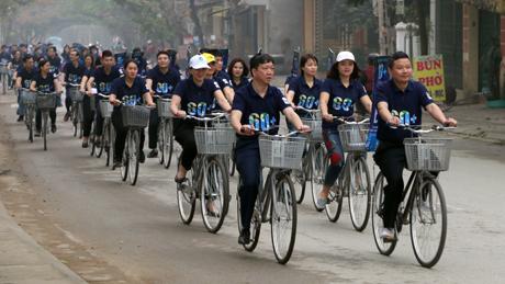 Cán bộ, công nhân viên Công ty Điện lực đạp xe diễu hành hưởng ứng sự kiện Giờ Trái đất năm 2018.