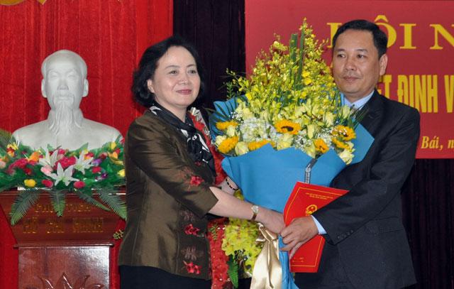 Bí thư Tỉnh ủy, Chủ tịch HĐND tỉnh Phạm Thị Thanh Trà trao quyết định và tặng hoa chúc mừng tân Trưởng ban Dân tộc tỉnh Trần Xuân Thủy