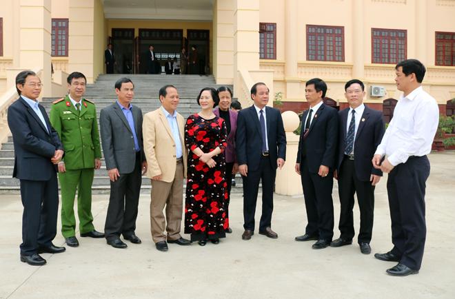 Các đồng chí lãnh đạo tham quan trụ sở mới của Tòa án nhân dân tỉnh Yên Bái.