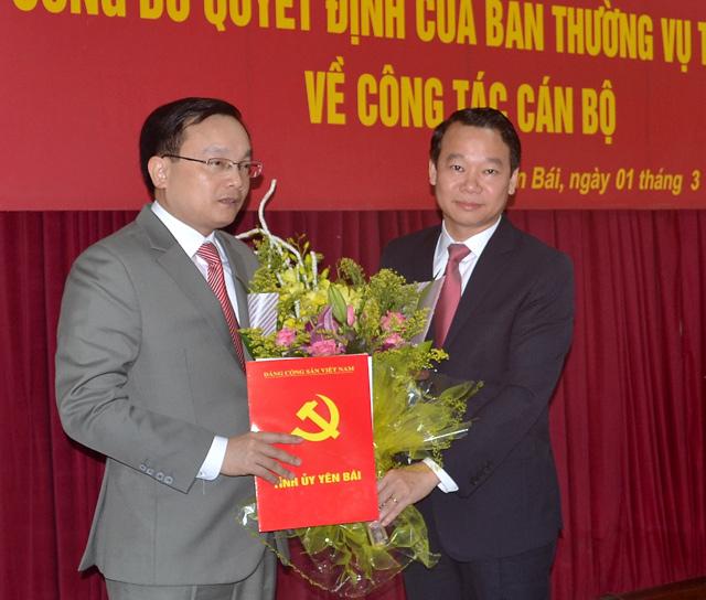 Đồng chí Đỗ Đức Duy - Phó bí thư Tỉnh ủy, Chủ tịch UBND tỉnh trao Quyết định của Ban Thường vụ Tỉnh ủy cho đồng chí Đỗ Đức Minh.