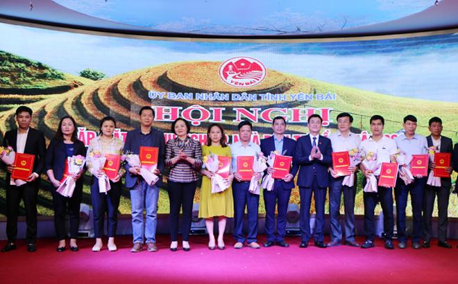 Bí thư Tỉnh ủy, Chủ tịch HĐND tỉnh Phạm Thị Thanh Trà và Phó Chủ tịch UBND tỉnh Nguyễn Chiến Thắng trao Quyết định chủ trương đầu tư cho 15 dự án trong các lĩnh vực.