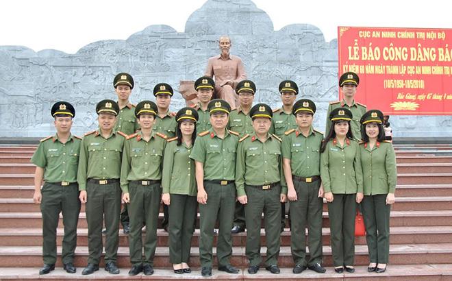 Cán bộ, chiến sĩ Phòng ANCTNB báo công tại Khu lưu niệm Sáu điều Bác Hồ dạy Công an nhân dân ở xã Nhã Nam, huyện Tân Yên, tỉnh Bắc Giang.