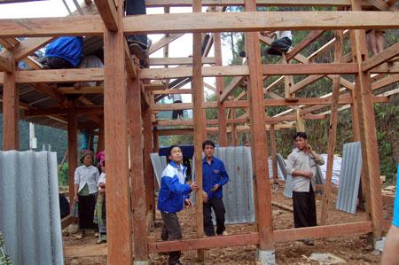 A Phử cùng đoàn viên thanh niên giúp gia đình anh Thào A Tủa dựng nhà