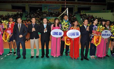 Các đồng chí lãnh đạo Tổng cục Thể dục Thể thao; Liên đoàn Bóng chuyền Việt Nam và lãnh đạo tỉnh Yên Bái tặng cờ lưu niệm cho các đội bóng tham dự giải