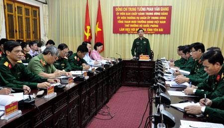 Trung tướng Phan Văn Giang chủ trì buổi làm việc với Bộ CHQS tỉnh Yên Bái.