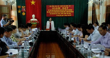 Đồng chí Cao Thị Xuân - Phó Chủ tịch Hội đồng Dân tộc Quốc hội phát biểu kết luận buổi giám sát tại huyện Mù Cang Chải.