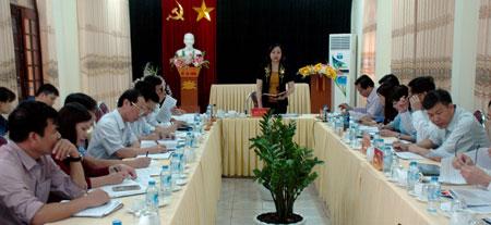 Đồng chí Cao Thị Xuân - Phó Chủ tịch Hội đồng Dân tộc Quốc hội phát biểu kết luận giám sát tại huyện Văn Chấn.