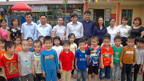 Đoàn công tác chụp ảnh cùng với Trường Mầm non Hưng Khánh, xã Hưng Khánh, huyện Trấn Yên.
