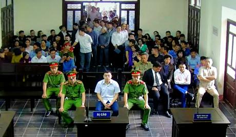 Phiên tòa xét xử Lê Duy Phong bắt đầu lúc 8 giờ sáng 20/4 trước sự chứng kiến của đông đảo người dân.
