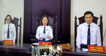 Chủ tọa phiên tòa tuyên cáo Lê Duy Phong mức án 3 năm tù giam.