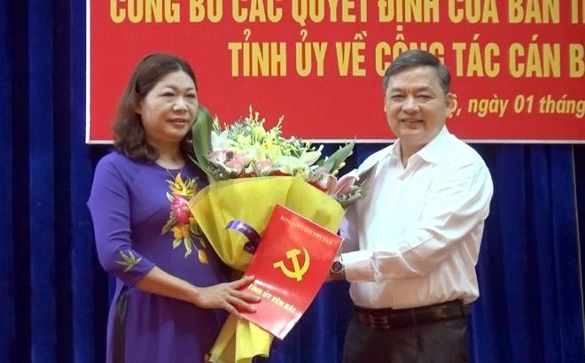Đồng chí Dương Văn Thống - Phó Bí thư thường trực Tỉnh ủy trao Quyết định và tặng hoa chúc mừng đồng chí Hoàng Thị Vĩnh