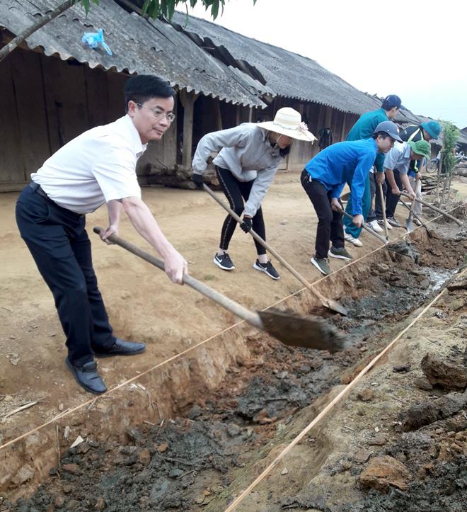 Lãnh đạo huyện Trạm Tấu cùng các ĐVTN tham gia cải tạo cảnh quan chòm Cu Vai nhằm phát triển du lịch cộng đồng.