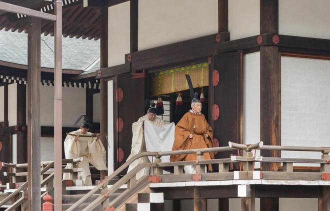 Nhật Hoàng Akihito (phải) rời khỏi ngôi đền Hoàng gia Kashikodokoro sau một nghi lễ trong lễ thoái vị, tại Tokyo ngày 30/4.