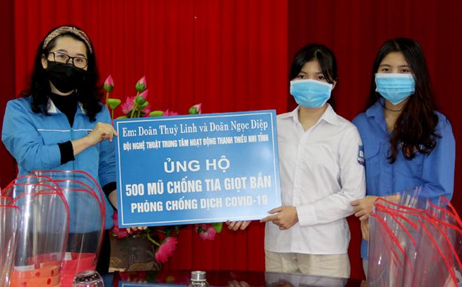 Đại diện Tỉnh đoàn Yên Bái tiếp nhận 500 mũ chống tia giọt bắn của 2 em Doãn Thùy Linh - lớp 10C, Trường THPT Hoàng Quốc Việt, Doãn Ngọc Diệp - lớp 7D, Trường THCS Yên Ninh, thành phố Yên Bái.